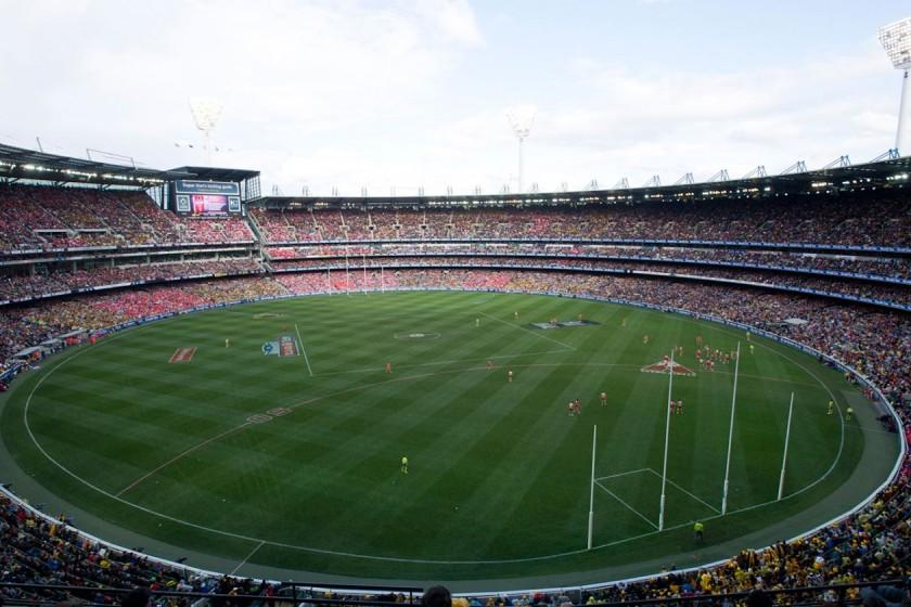 MCG stadionas talpina 100 k pakvaišusių sirgalių.jpg